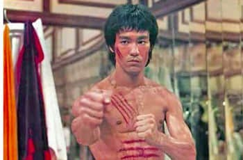 bruce lee in the movie of enter the drangon