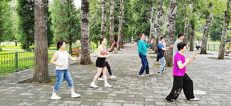 students learning taichi at the temple of heaven