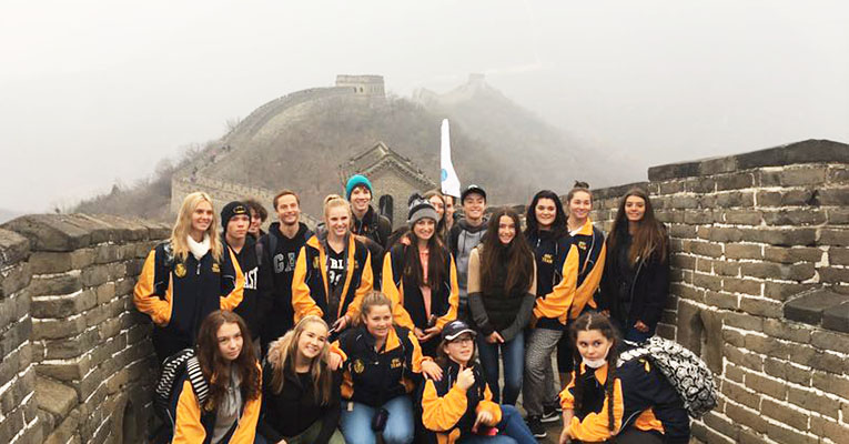 student group photo in mutianyu great wall