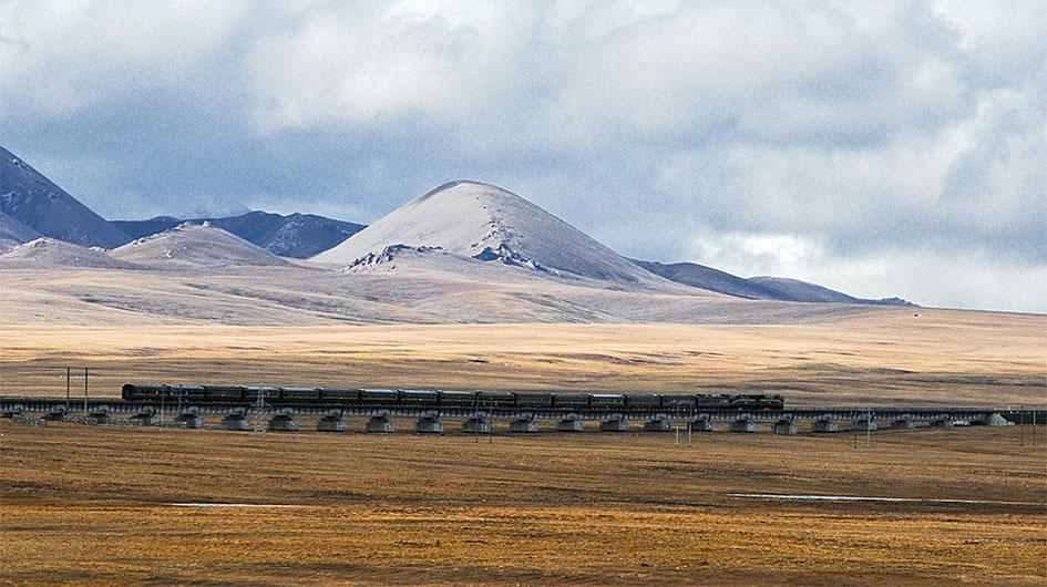 a train on Qinghai-Tibet Plateau